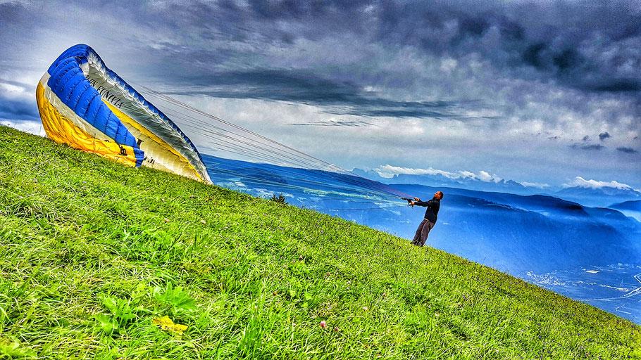Aufziehen des Tandem am Startplatz Vigiljoch für den Gleitschirmflug nach Meran