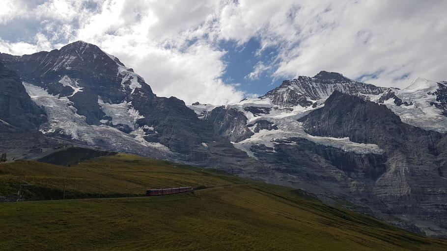 Blick von der Kleinen Scheidegg zum Jungfraujoch (Mitte) und Mönch (links) und Jungfrau (rechts)