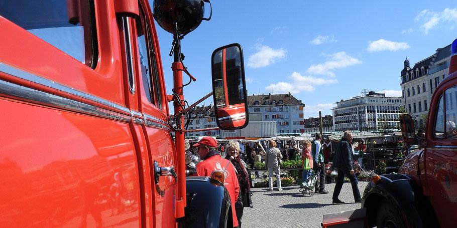 Die Solinger Feuerwehr-Oldies zu Gast auf dem Wochenmarkt. Viele der Marktkunden kennen diese nützlichen Fahrzeuge noch von früher.