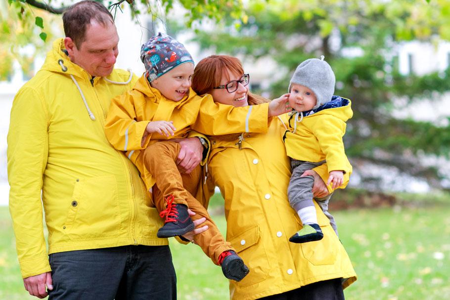 Familien| Hendrikje Richert Fotografie| gelbe Regenmäntel, Baby, Kinder, Greifswald, outdoor