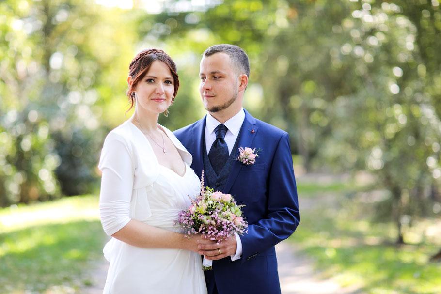 Hochzeit in Neubrandenburg| Brautstrauß| Bokeh| Brautpaar| Mecklenburg- Vorpommern| natürliche Hochzeitsfotografie