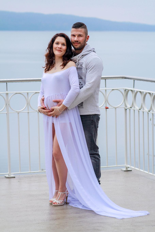 Schwangerschaft| Hendrikje Richert Fotografie| Schwangerschaftskleid, Neubrandenburg, Tollensesee, weißes Kleid, Paarshooting