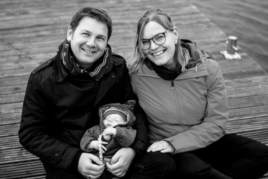 Familien| outdoor| Newborn Shooting| Baby| Neugeborenes| Familienfoto| Steg| Meer|Wasser| Lächeln| Greifswald| Hendrikje Richert Fotografie