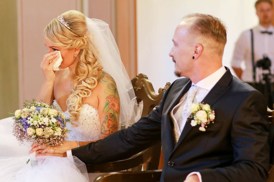 Hochzeiten| Hendrikje Richert Fotografie| Feldberger Seenlandschaft, Kirche Feldberg, Trauung, Freudentränen