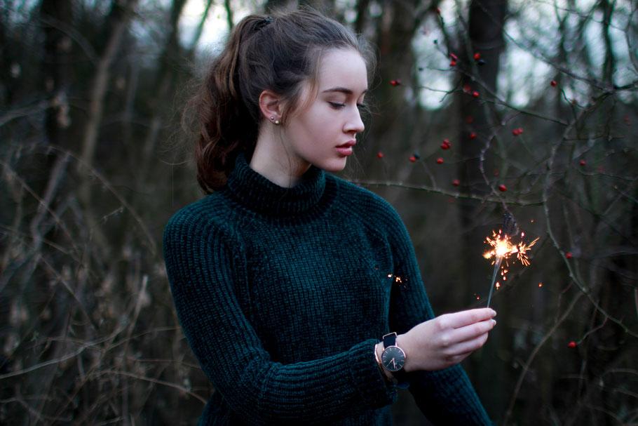 Portrait| Wunderkerze| Mädchen| Samtpullover| Daniel Wellington| Hendrikje Richert Fotografie