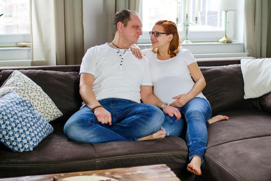 Schwangerschaft| Hendrikje Richert Fotografie| Home Shootin, Couch, Paar, Greifswald