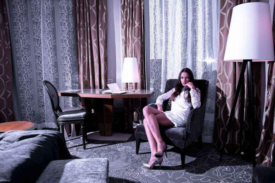 Braut in Hotelzimmer bei Hochzeitsnacht