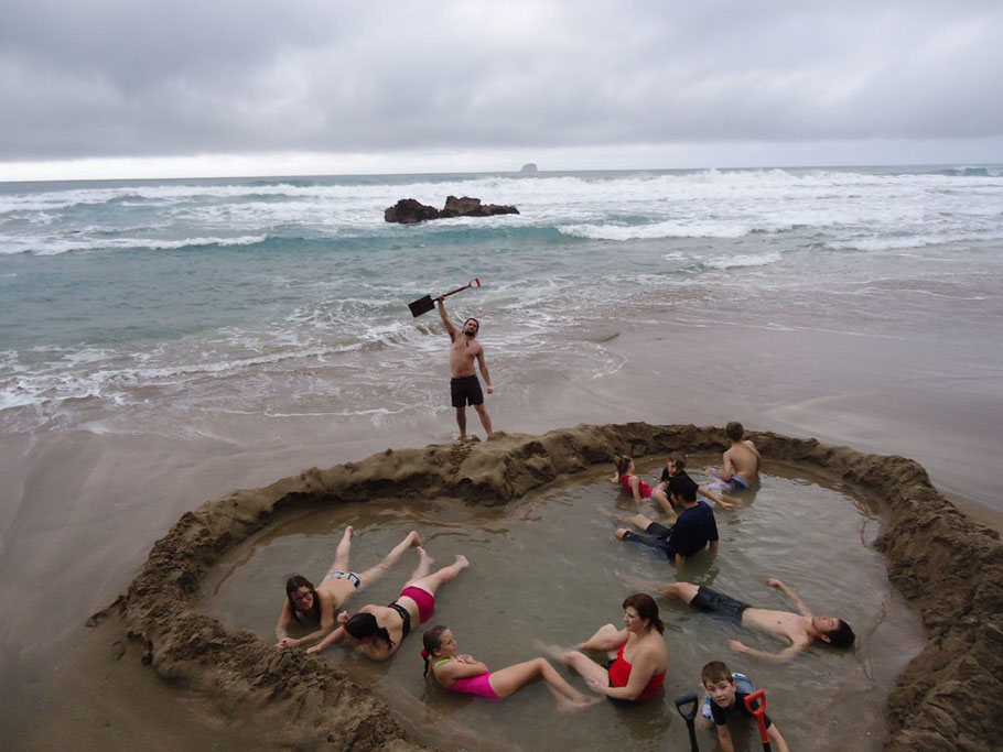 Source / Quelle: http://www.nzhotpools.co.nz/wp-content/uploads/2015/05/20-pic6-hot-water-beach.jpg