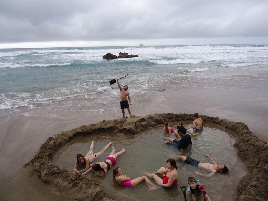 Source / Quelle: http://www.nzhotpools.co.nz/wp-content/uploads/2015/05/20-pic6-hot-water-beach.jpg