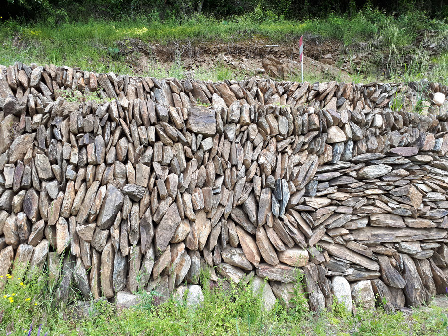 Mur de soutènement en schiste clavadé - Réalisation ELIPS