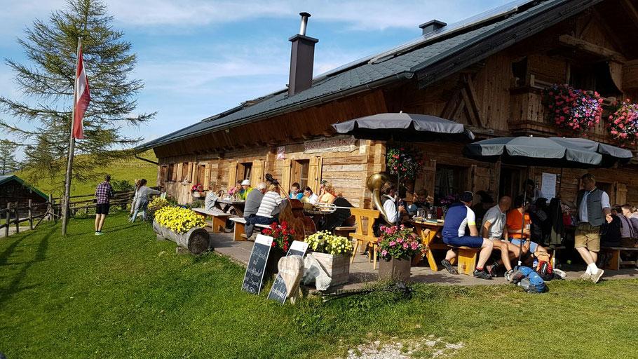 Die gut besuchte Poschnhütte (Hintersee)