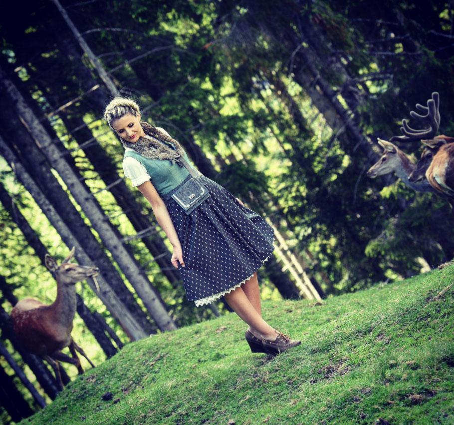 Foto: Designerin Tracy Hauenschild mit Dirndl im Wald