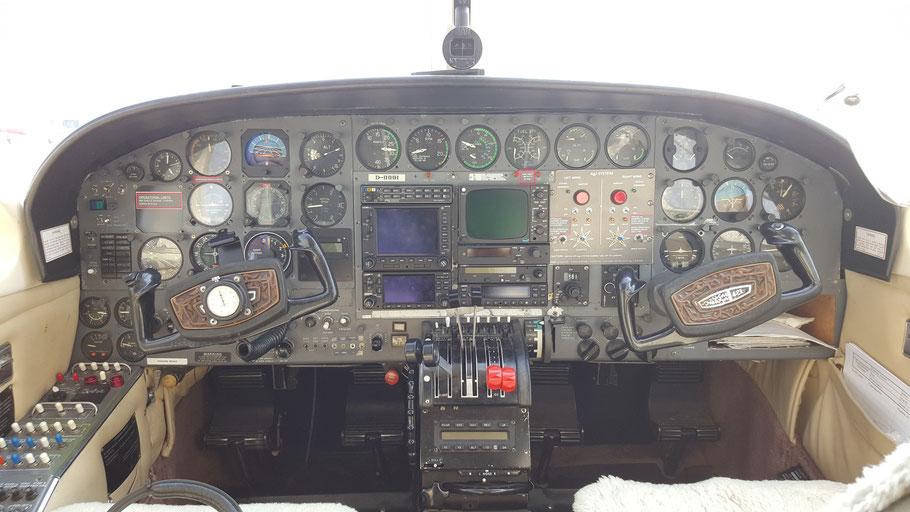 """C421 Cockpit mit Bedienpanel für die """"Hagelkanonen"""""""