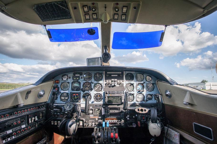 Hagelflieger Cockpit mit Silberjodid-Generator Bedienpanel am Flugplatz Donaueschingen EDTD
