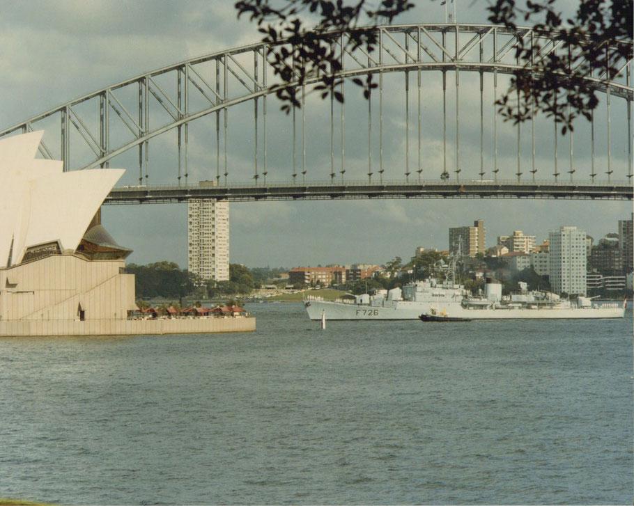L'aviso escorteur CDT Bory entrant dans le port de Sydney (Australie)