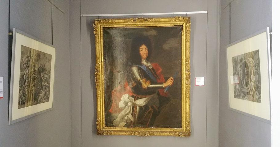 Espace Oeuvre du mois. Autour du portrait de Louis XIV sont accrochées deux gravures en rapport avec le thème du tableau : Louis XIV en chef de guerre. / Photo Sylvie Gilliard, musée Boucher-de-Perthes
