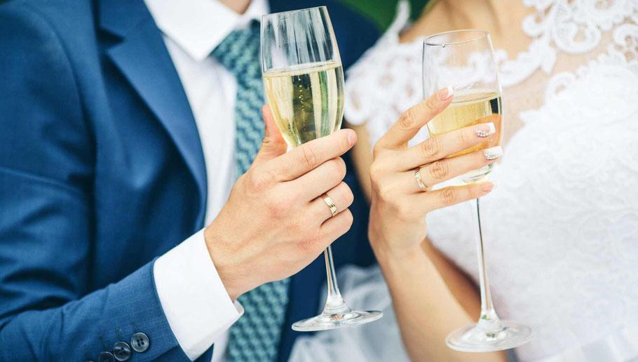 Mariés avec une coupe de Champagne