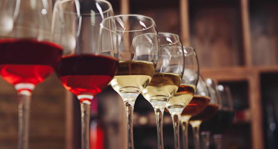 verres de vin de différentes couleurs