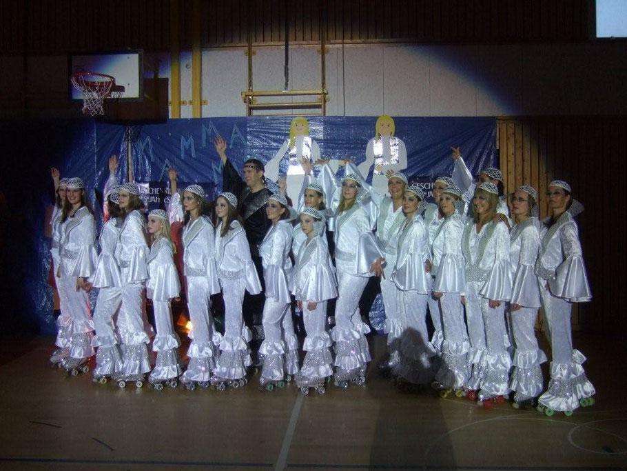 """Schaulaufen 2008, die Hobbygruppe präsentiert gemeinsam mit der Leistungsgruppe von Sonja Ungermann """"Mama Mia on Skates"""""""