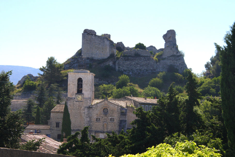 Bild: Orgon mit Église de l´Assomption, im Hintergrund die Ruinen des Château du Duc de Guis