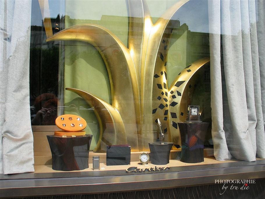 Namhafte Geschäfte befinden sich auf der Avenue des Champs Elysée