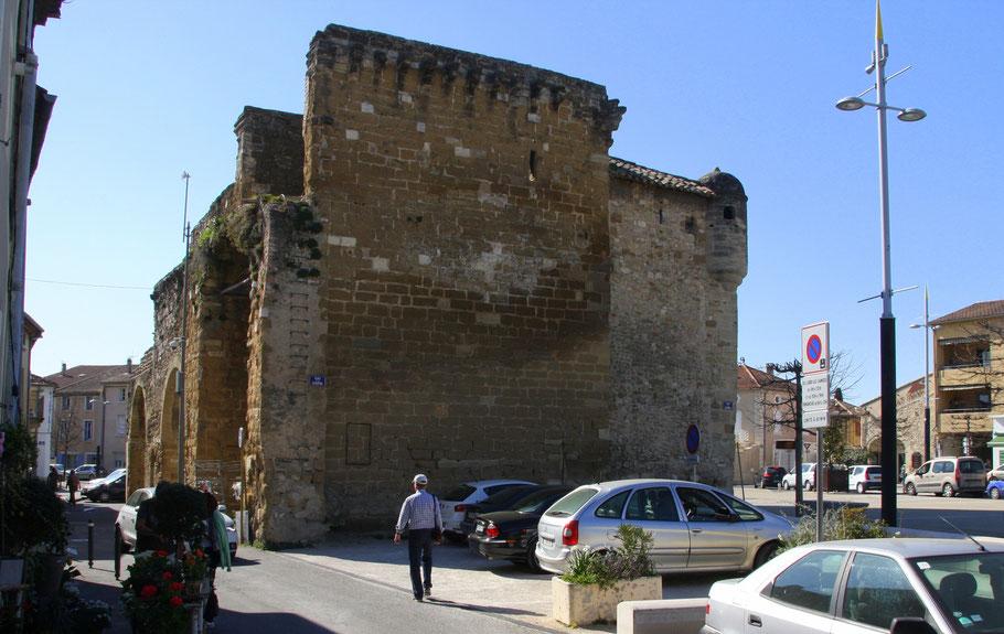 Bild: Reste der Stadtmauer mit Port Neuve in Monteux im Vaucluse