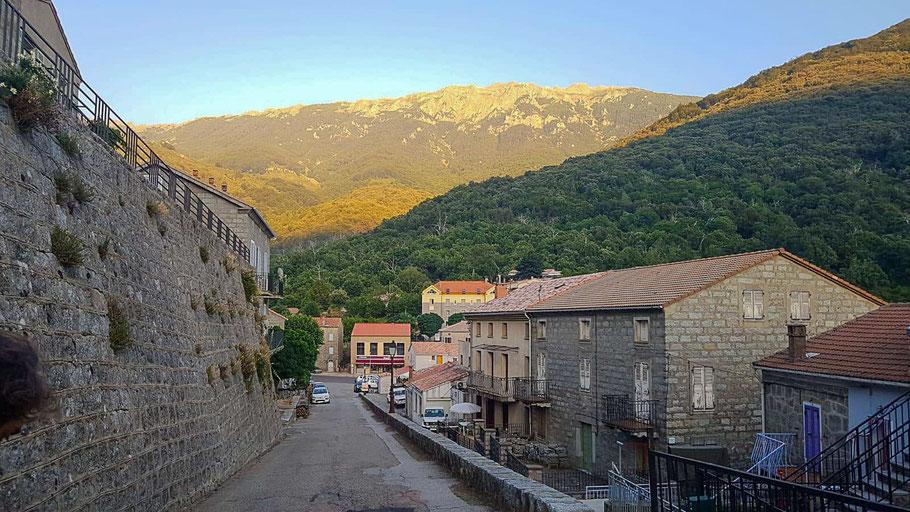 Bild: Ein Sonnenaufgang in Cozzano mit Blick auf den Dorfplatz und La Punta di l'Usciolu (Bergkette)