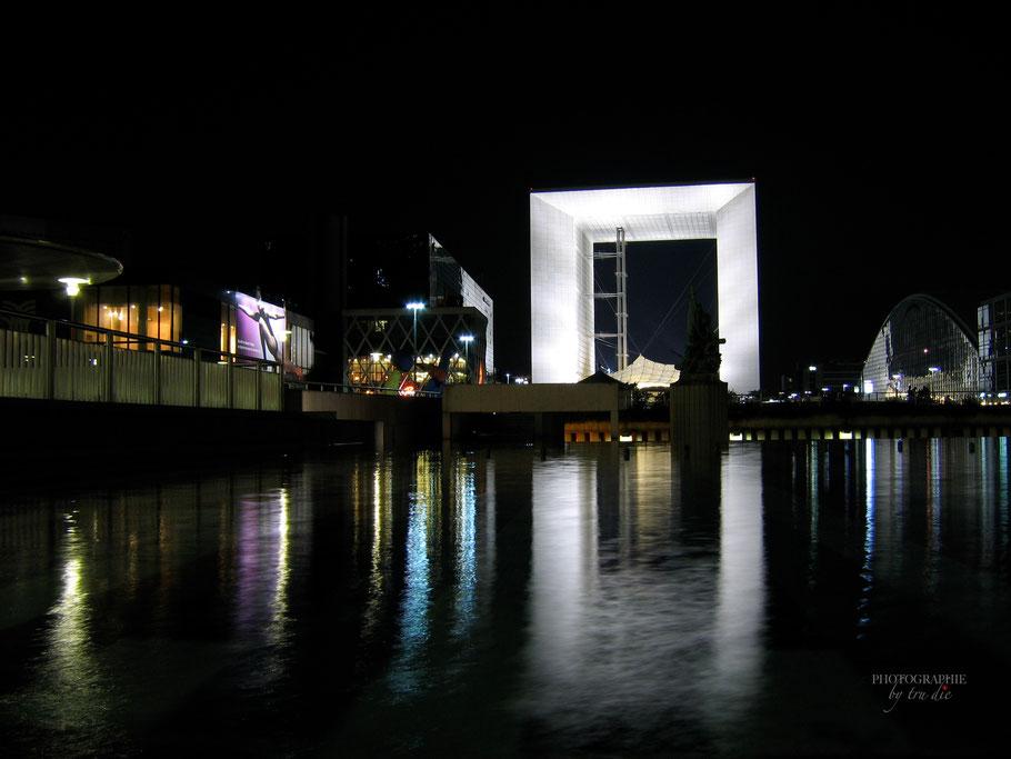 Bild: La Grande Arche im Stadtteil La Defense in Paris  bei Nacht