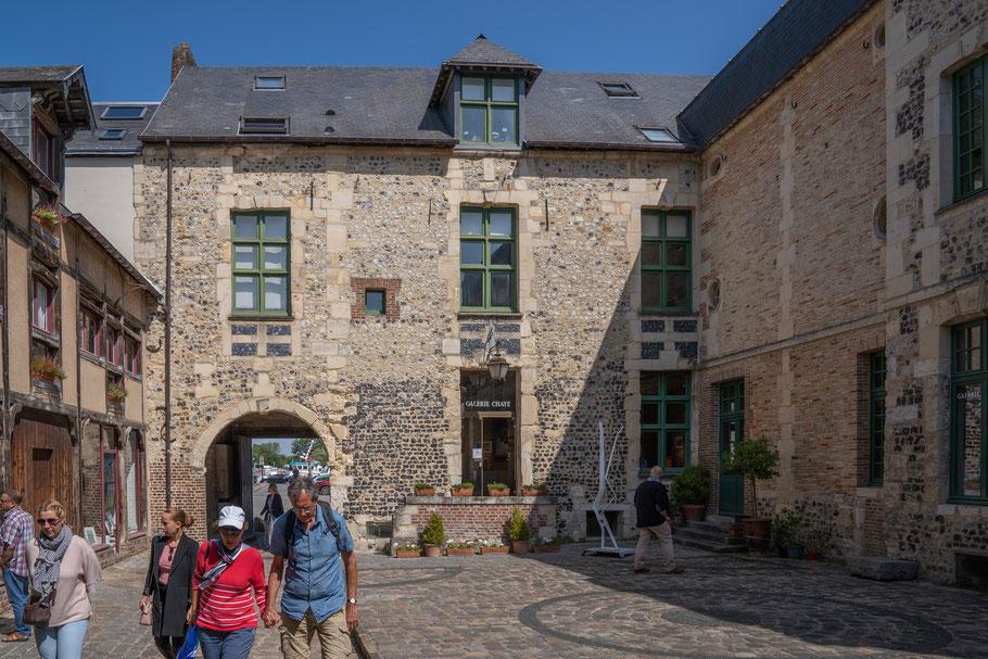 Bild: Honfleur im Département Calvados in der Normandie miit Manior de Roncheville
