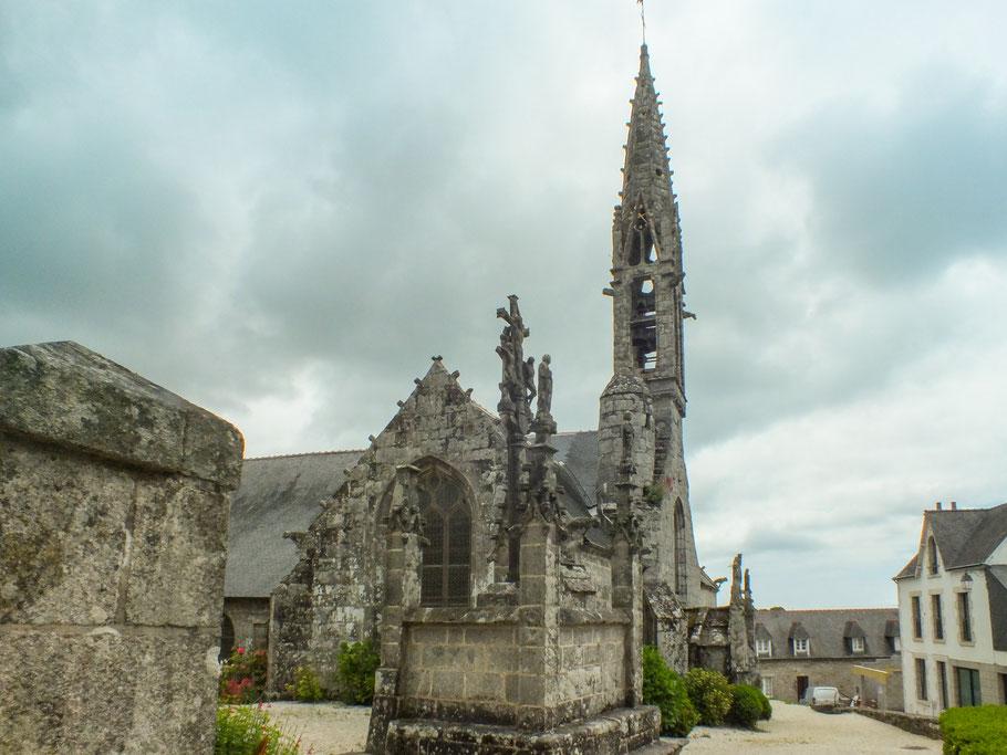 Bild: Le Église Notre-Dame Izel-Vor in La Forêt-Fouesnant mit Kalvarienberg in der Bretagne