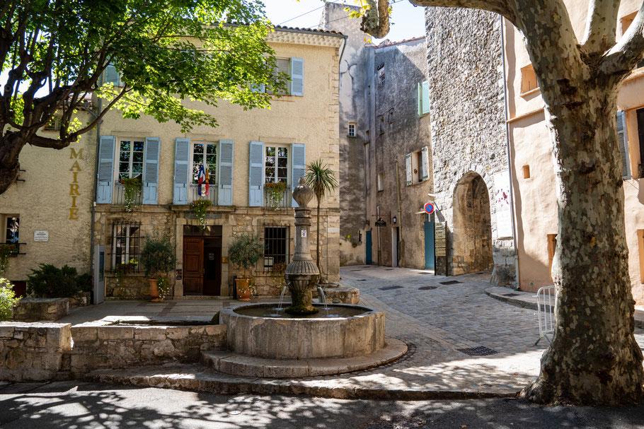 Bild: Bargemon im Var mit Am Rathausplatz, Fontaine de la Mairie avec son méarguier