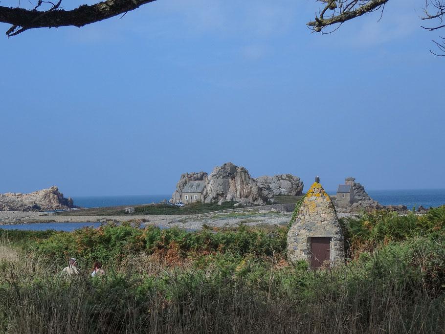 Bild: Le Gouffre de Plougrescant - Haus zwischen den Felsen