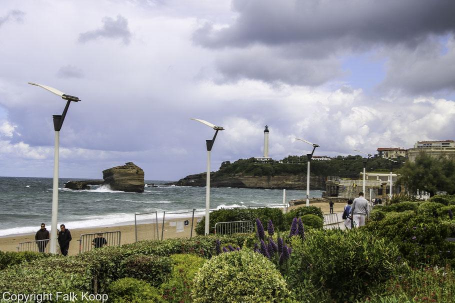 Bild: Strandpromenade mit Leuchtturm in Biarritz
