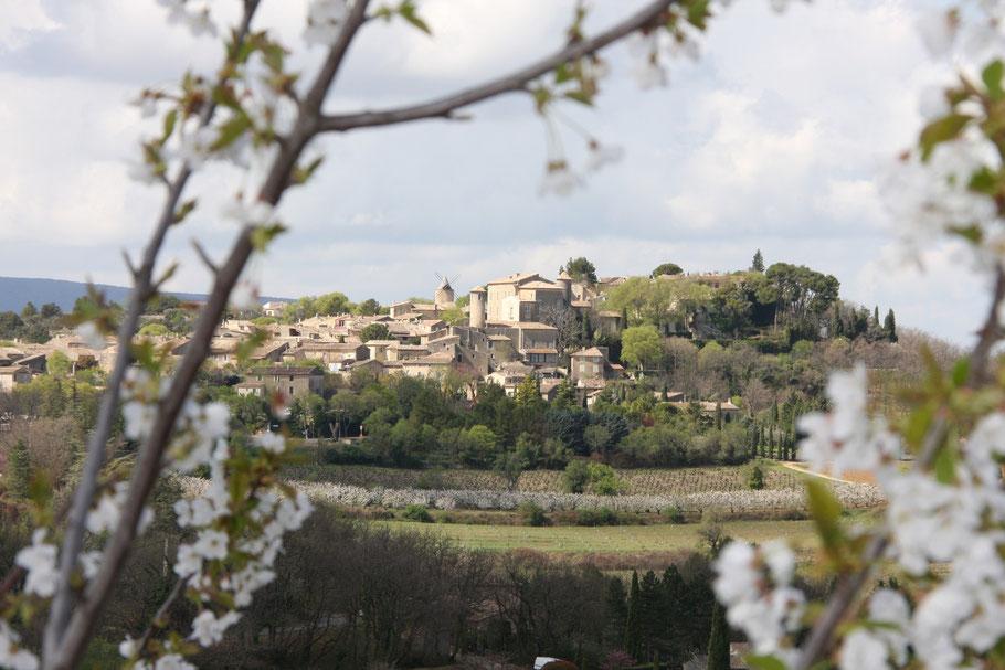 Bild: Blick auf Murs im Frühling, Provence