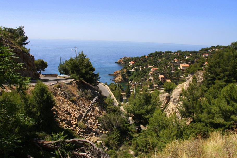 Bild: Blick auf die Küstenstraße und die buch von La Redonne an der Côte Bleu