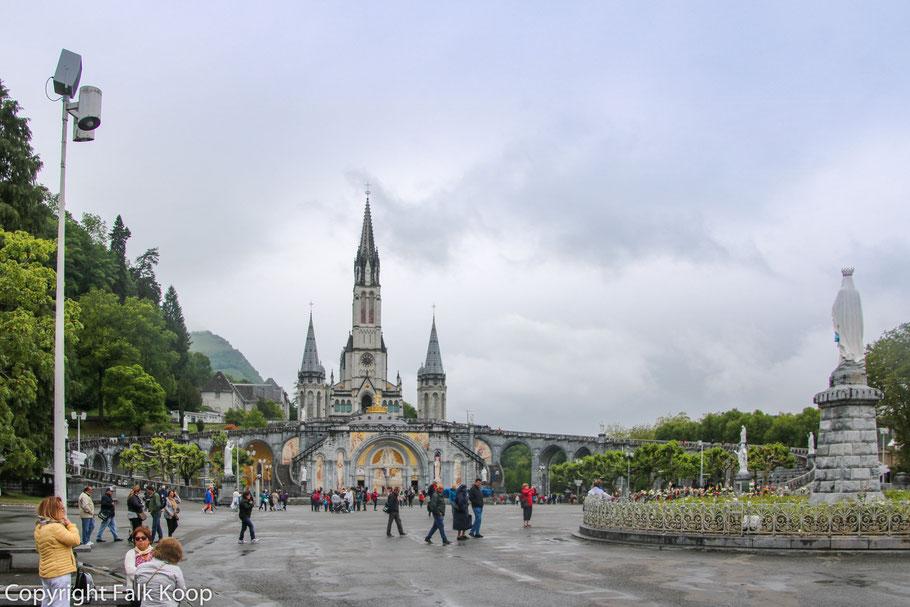 Bild: Heiliger Bezirk mit dem Rosenkranzplatz und der Rosenkranzbasilika in Lourdes