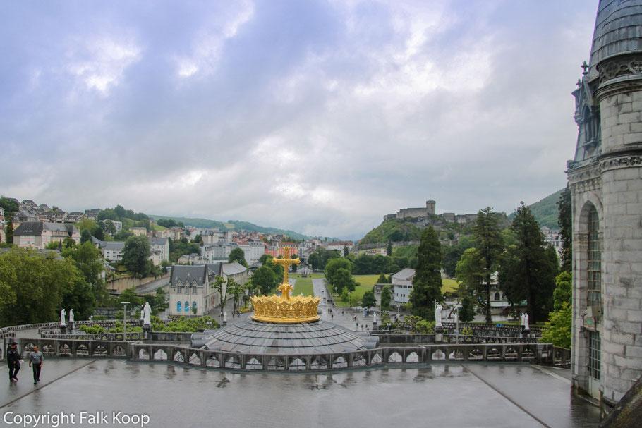 Bild: Blick von Basilique Notre-Dame-de-l'Immaculée-Conception in Lourdes