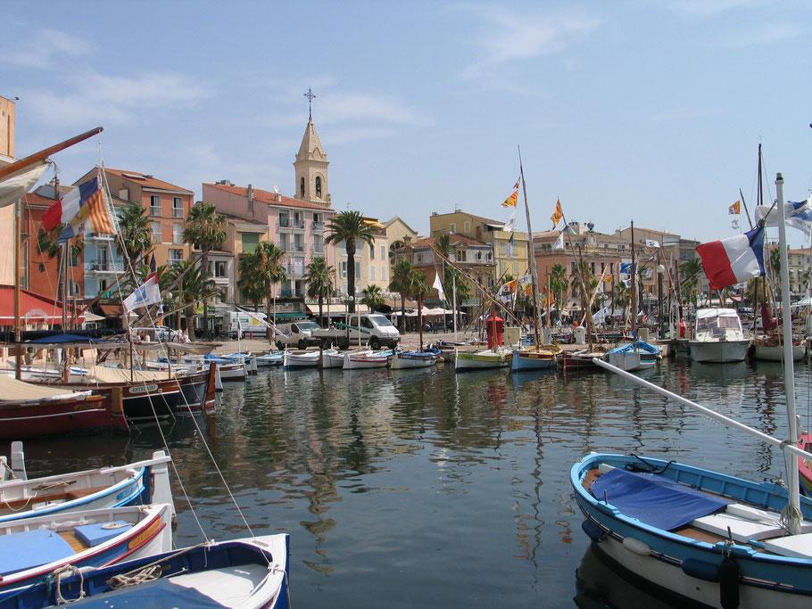 Bild: Blick auf Sanary-sur-Mer mit Fischerhafen und Kirchturm
