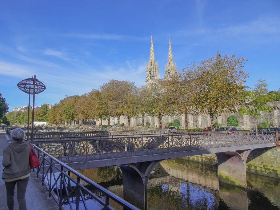 Bild: Am Fluß Odet mit Blick auf die Cathédrale Saint Coretin