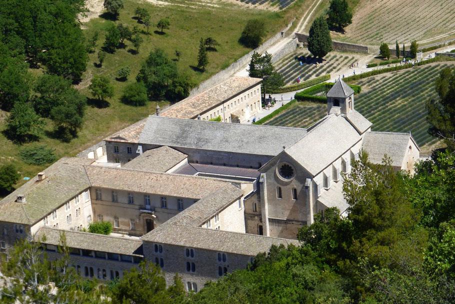 Bild: Abbaye Notre-Dame de Sénanque von oben gesehen.