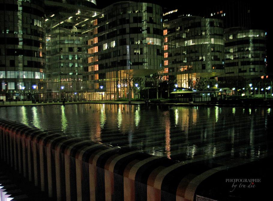 Bild: AGAM-Brunnen bei Nacht im La Défense, Paris