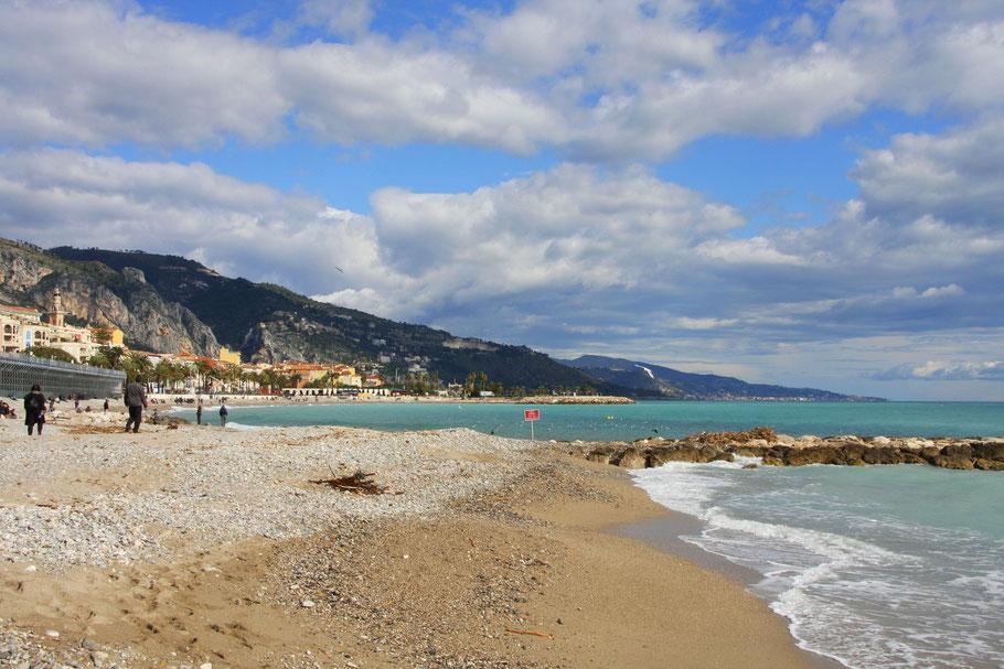 Bild: am Strand von Menton in Richtung Italien