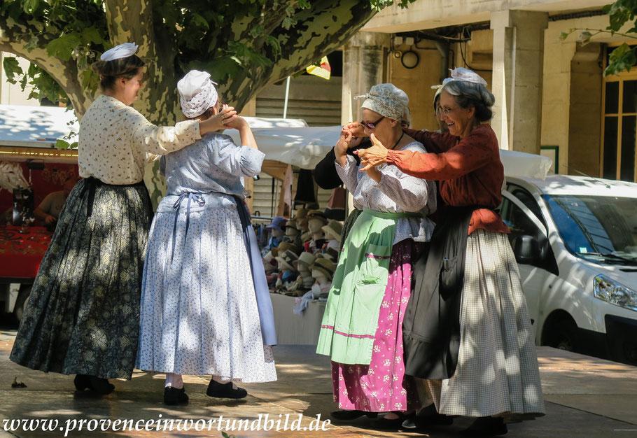 Folklore unter den Platanen
