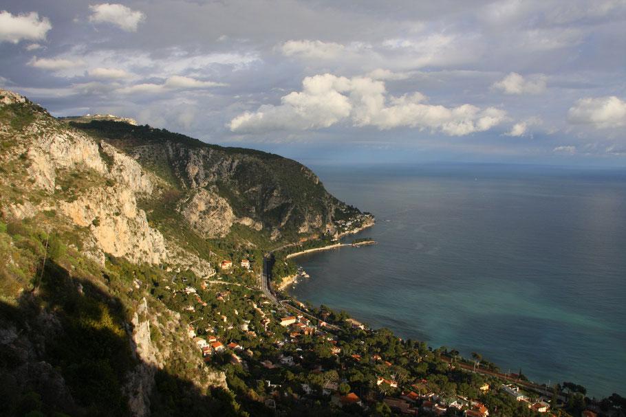 Bild: Blick von der Moyenne Corniche auf Èze-sur-Mer und Cap-d´Ail sowie die Corniche Inférieure.