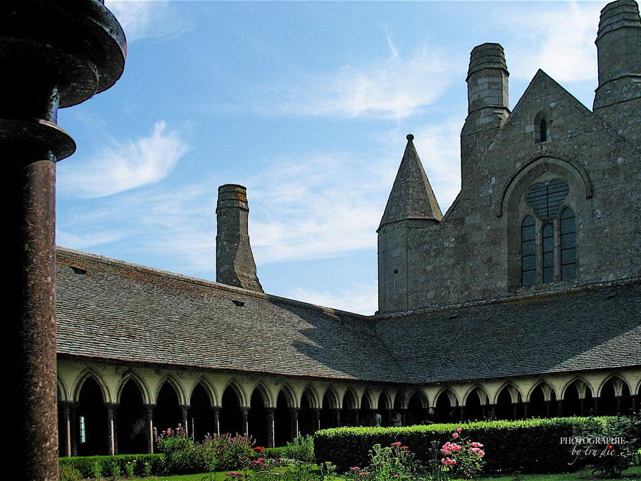 Bild: Kreuzgang mit Blick auf das Refektorium und die Schornsteine der Küche in Mont-Saint-Michel
