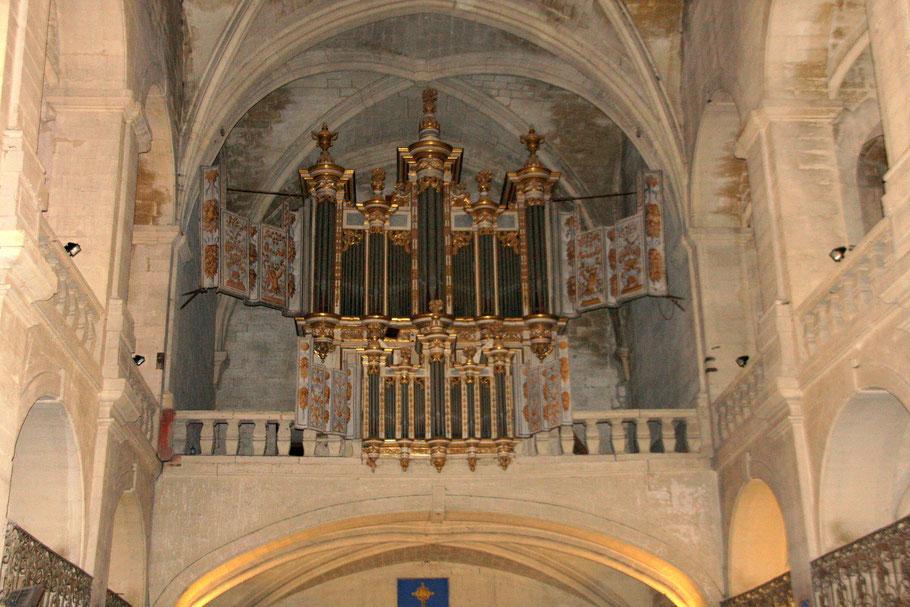Bild: Im Innern der Cathédrale Saint Théodorit, hier die Orgel, in Uzès