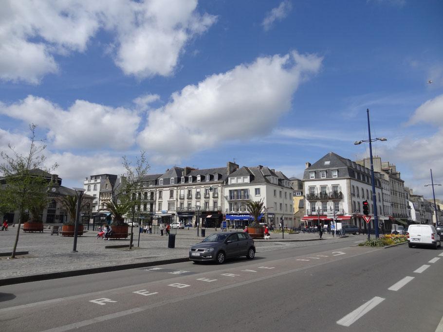 Bild: Place Jean Jaurès mit Restaurant L´Amiral in Concarneau
