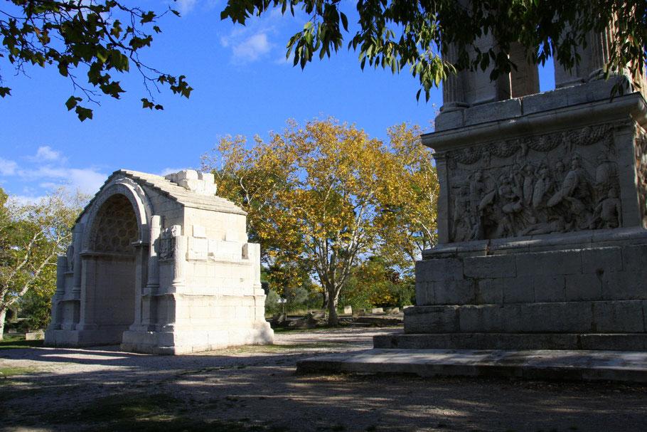 Bild: Mausoleum und Triumpfbogen (Arc muncipal) in St-Rémy-de-Provence