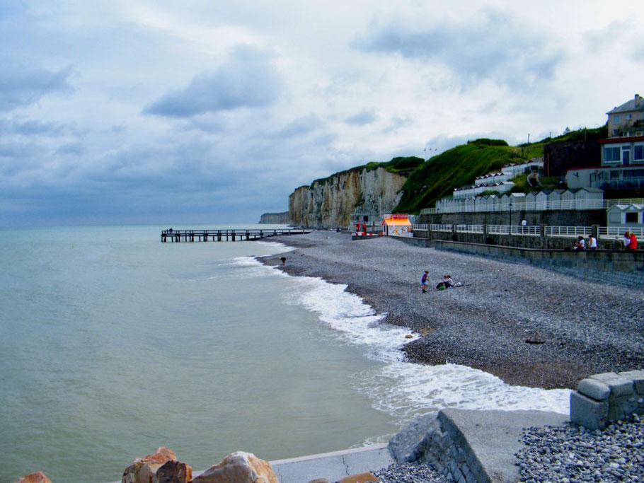 Bild: Strand mit Felsen von Dieppe