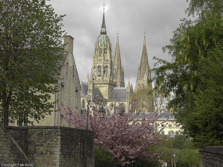 Bild: Blick auf die Kathedrale Notre-Dame de Bayeux